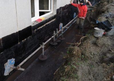 Podřezávání bytového domu Železný Brod včetně provádění hydroizolace